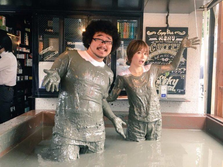 Itt az új őrület Japánban: sárban úszó bár